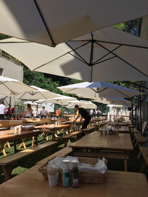 Лучшее вино и мясо в тени наших зонтов. Аренда зонтов 3.5 м. с боковой консолью и 3м. с центральной опорой 12