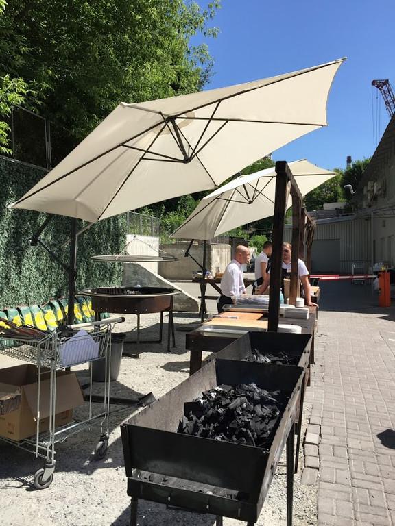 Лучшее вино и мясо в тени наших зонтов. Аренда зонтов 3.5 м. с боковой консолью и 3м. с центральной опорой 13