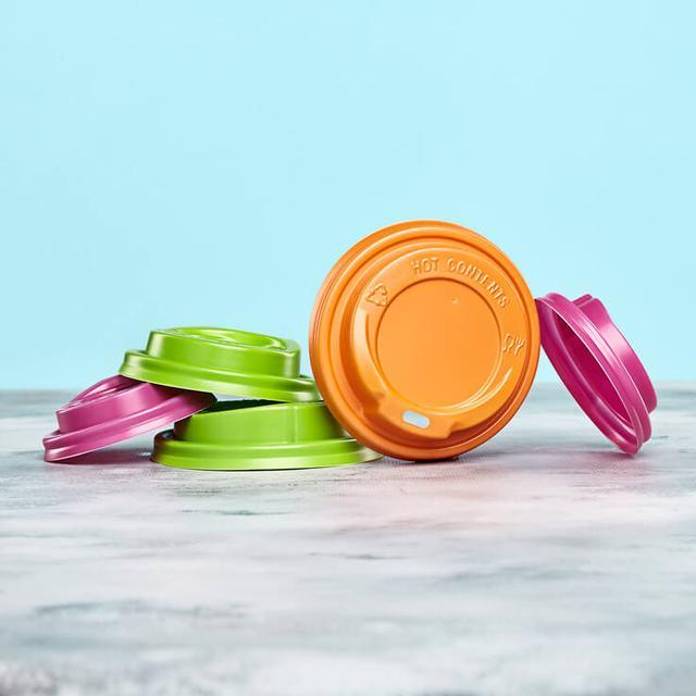 Пластиковая крышка для бумажных стаканов фото
