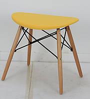 Табурет с пластиковым цельнолитым сиденьем и деревянными ножками Kris
