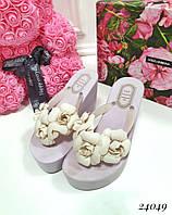 Шлепанцы Juicy Couture Цветы на танкетке светло-фиолетовые. Аналог