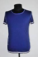 Стильная дешевая мужская футболка с широким вырезом синяя