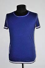 Стильная мужская футболка с широким вырезом синяя