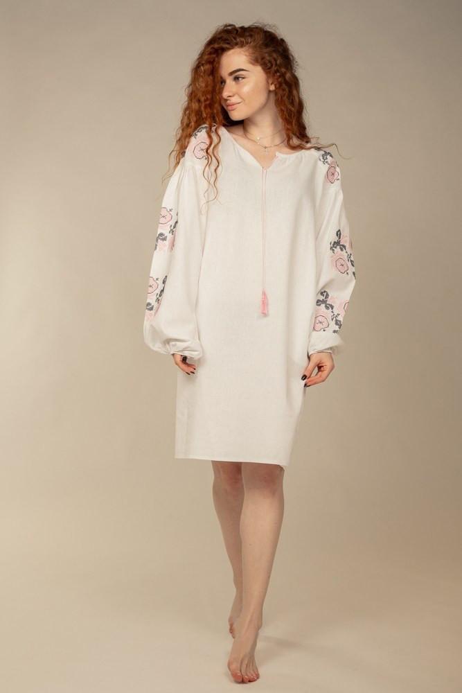 Нежное платье-вышиванка Очарование с цветочным орнаментом белое