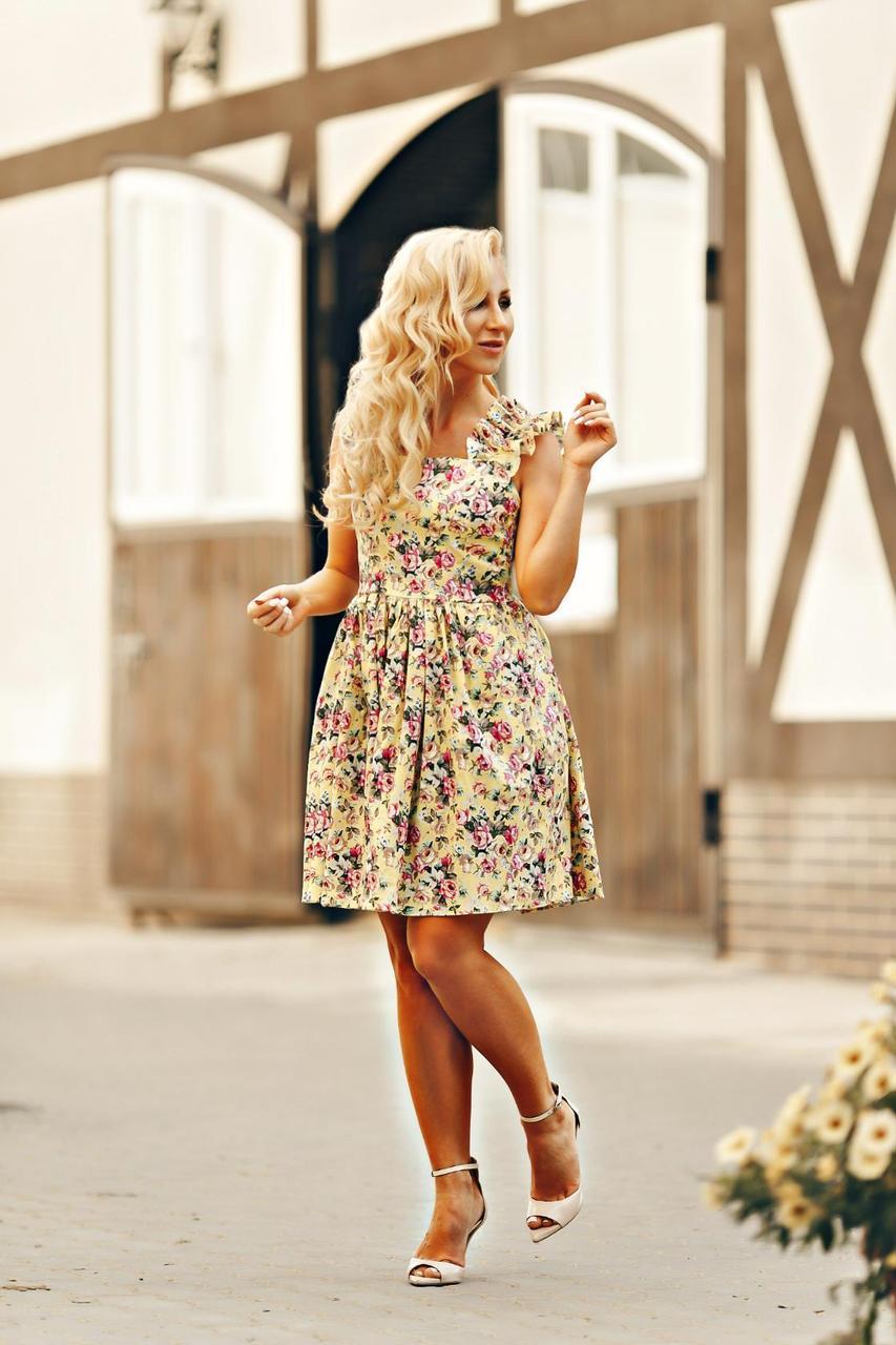 Женское платье с красивым цветочным принтом