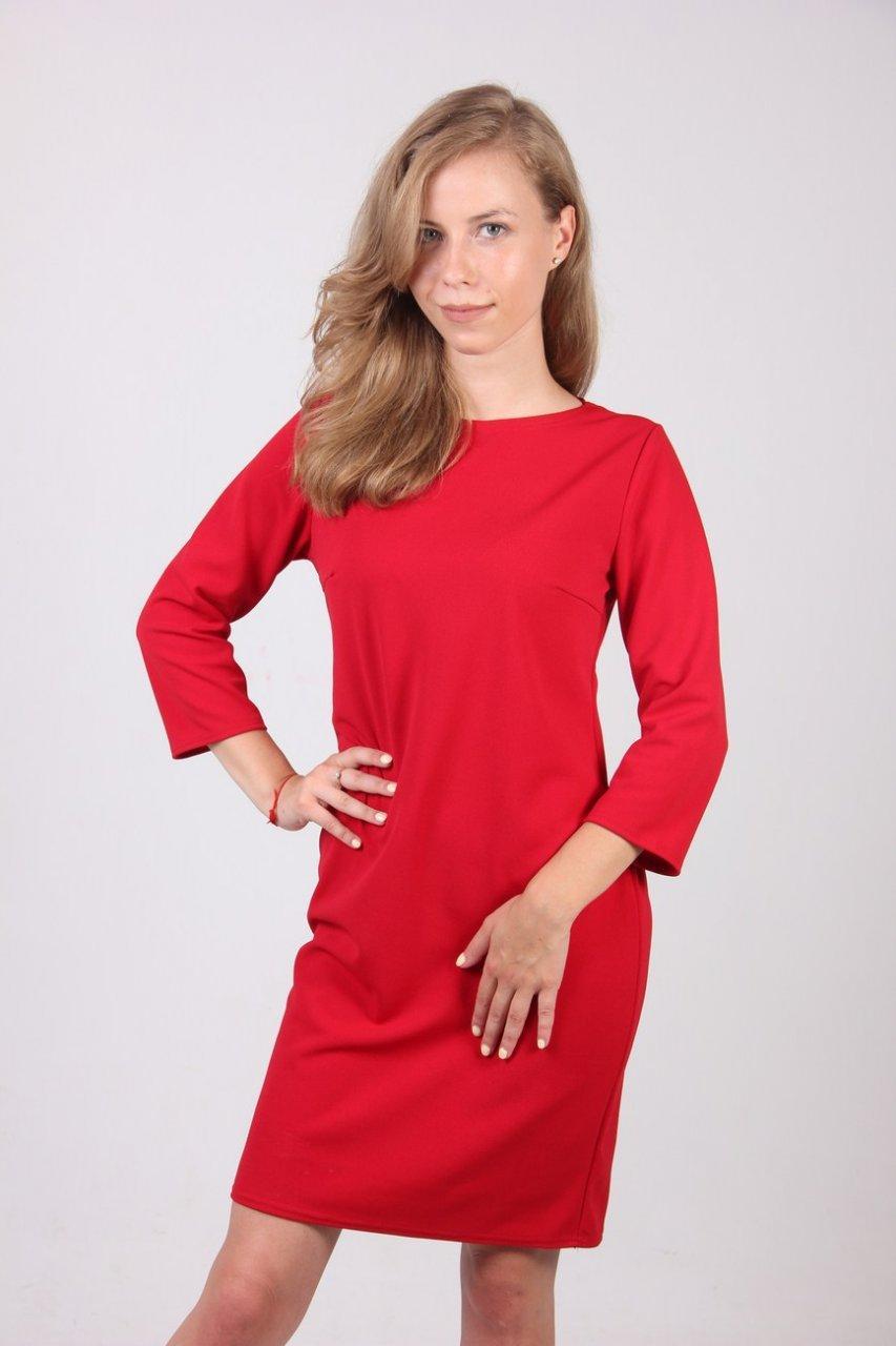 Яркое женское платье прямого кроя разных цветов.
