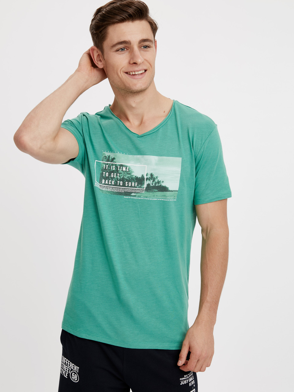 Зеленая мужская футболка Lc Waikiki / Лс Вайкики с надписью It is time to get back to surf