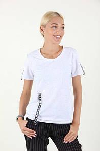 Модная футболка с лентой на рукавах