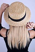 Модная шляпка выполнена из золотистой соломки