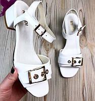 Босоножки на низком каблуке женские кожа белые Uk0625