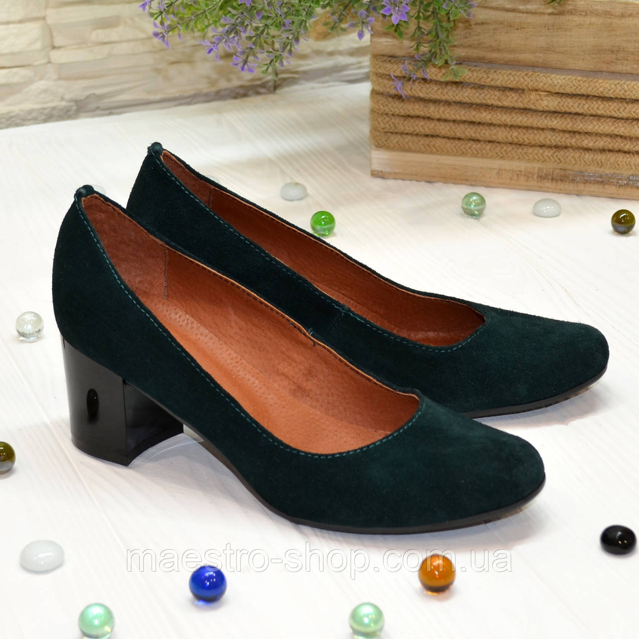 Замшевые туфли на устойчивом каблуке из натуральной замши зелёного цвета