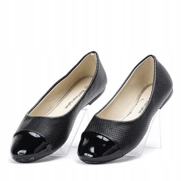 Женские балетки черного цвета с лакированным носком