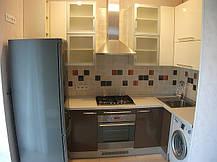 Кухня в небольшой кухне сталинского дома вместила в себя всю необходимую мебель и технику