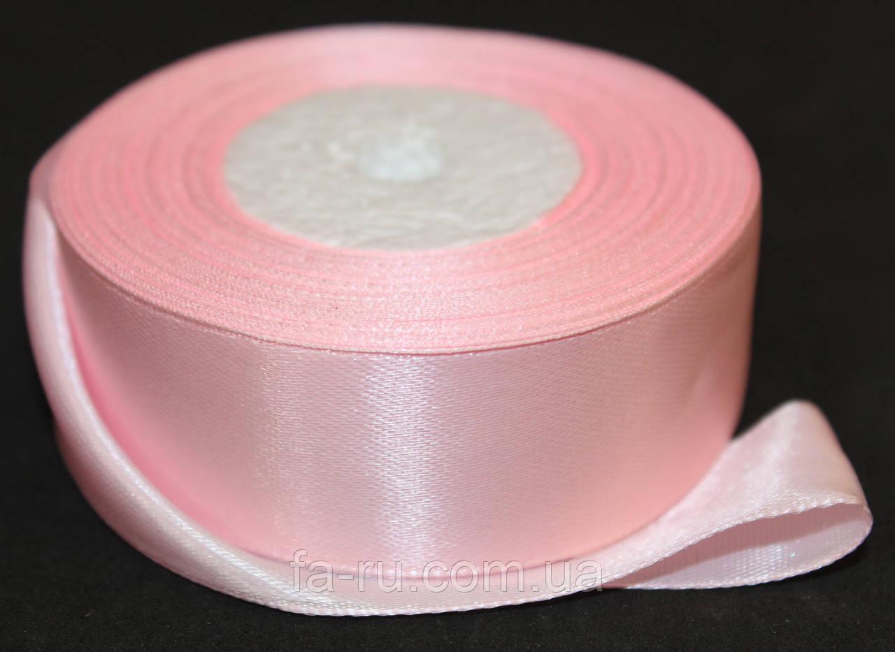 Лента атласная. Цвет - бледно-розовый. Ширина - 2,5см, длина - 23м