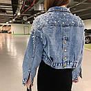 Женская джинсовая куртка оверсайз с жемчугом на рукавах и спине 68kur2102, фото 2