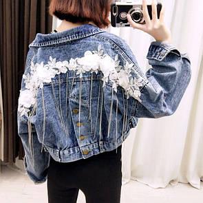 Женская укороченная джинсовая куртка с декором на спине 68kur2103