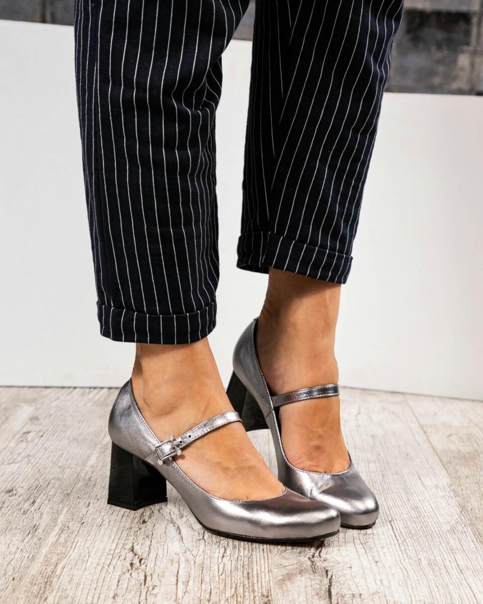 """Женские Туфли в стиле """" Мэри Джейн"""" с ремешком. Пряжка украшена жемчугом. Цвет -серебристый."""