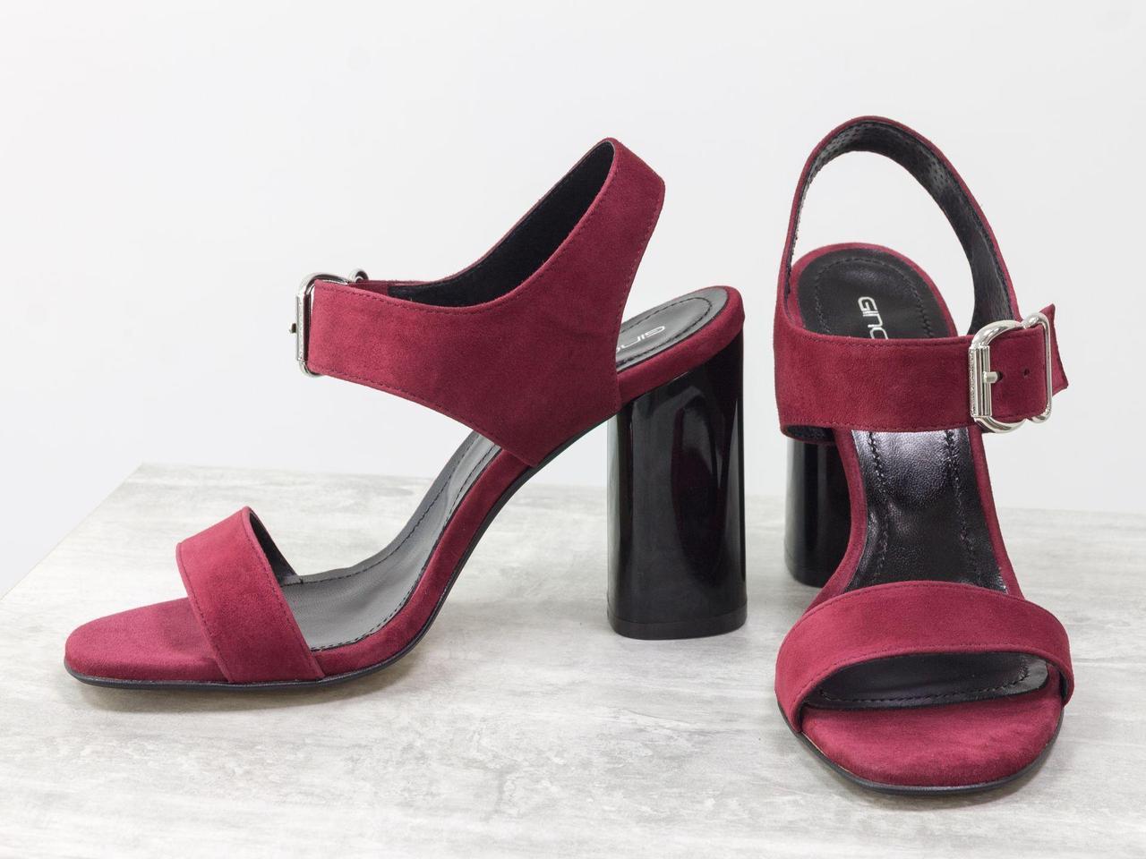 Жіночі босоніжки на підборах, з італійської замші-велюр бордового кольору, на невисокому стійкому каблуці