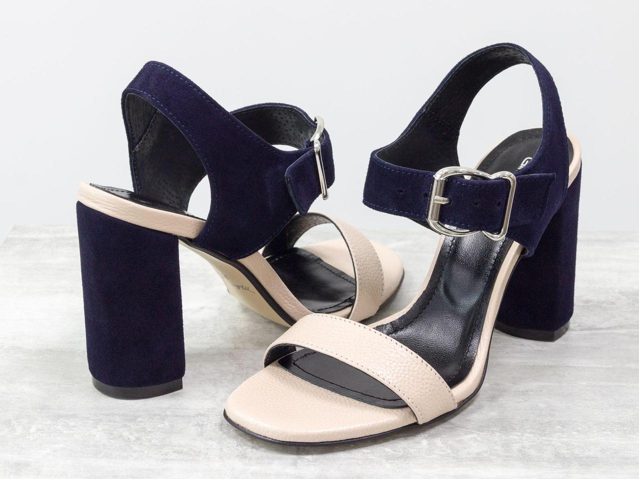 Женские босоножки на каблуке, из итальянской кожи пудрового цвета и замши синего цвета
