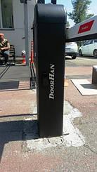 Стойка автоматического шлагбаума Doorhan Barrier 4000 Pro выполнена в черном цвете, в соответствие с новым фирменным стилем оформления всей линейки продукции компании
