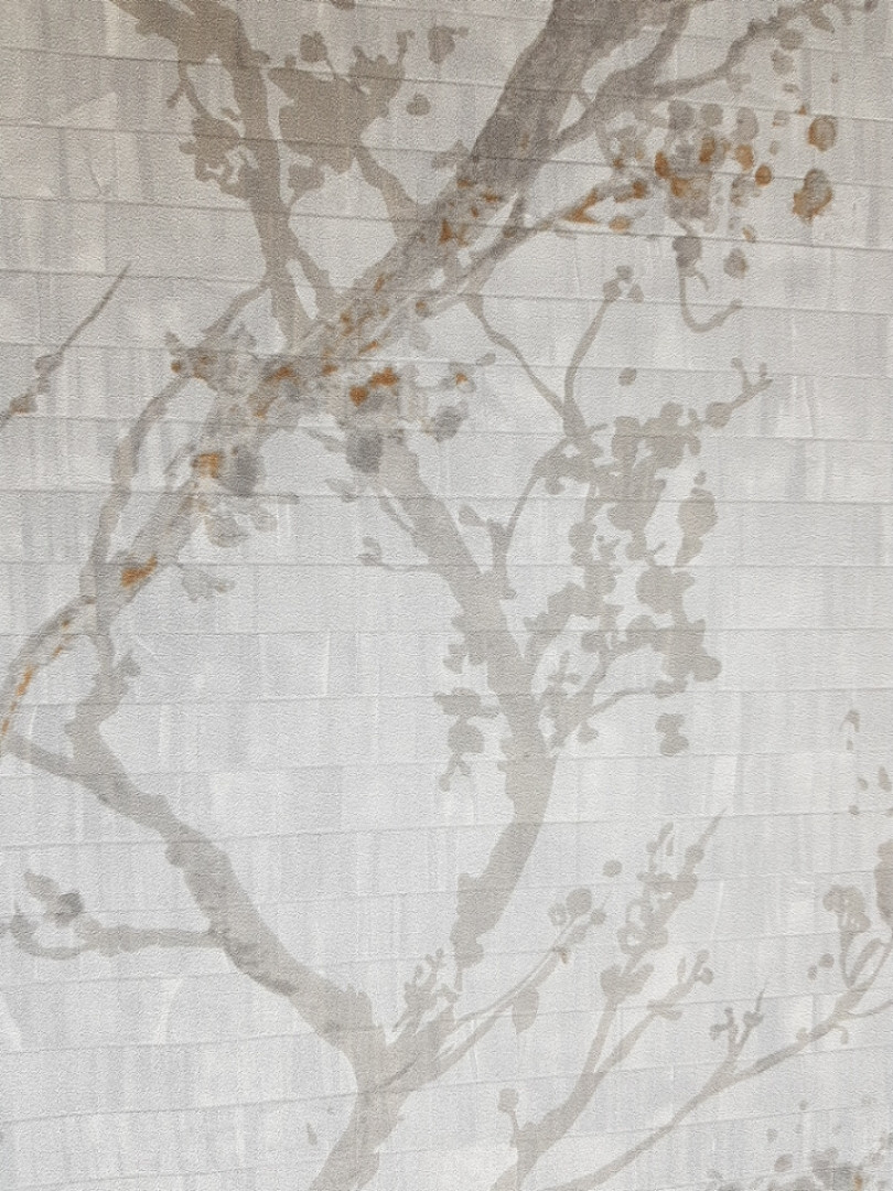 Виниловые  обои на флизелиновой основе Decoprint  Nubia  NU19112 серые ветки листья кремовые и коричневые