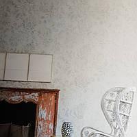 Виниловые обои на флизелиновой основе Decoprint Nubia NU19182 под старину серые вензеля завитки сиреневые