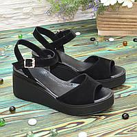 Женские замшевые босоножки на устойчивой платформе, цвет черный