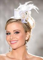 Очаровательная белая мини-шляпка