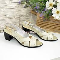 Женские босоножки на каблуке, декорированы фурнитурой. Натуральная кожа бежевого цвета. 41 размер