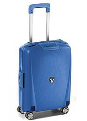 Малый пластиковый чемодан Roncato Light на 4 колесах