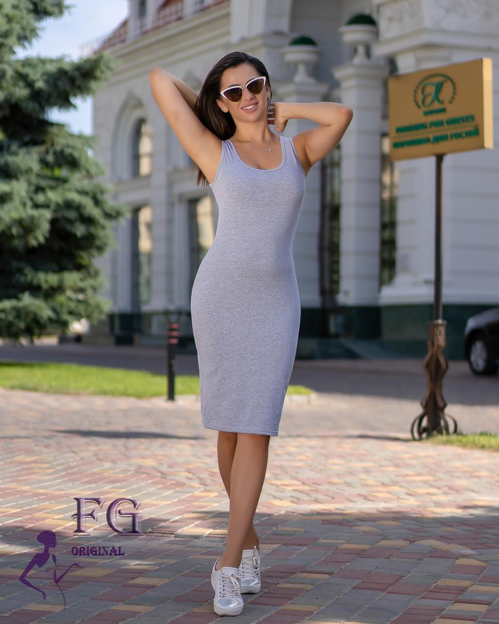 Женское облегающее платье с глубоким круглым вырезом серое