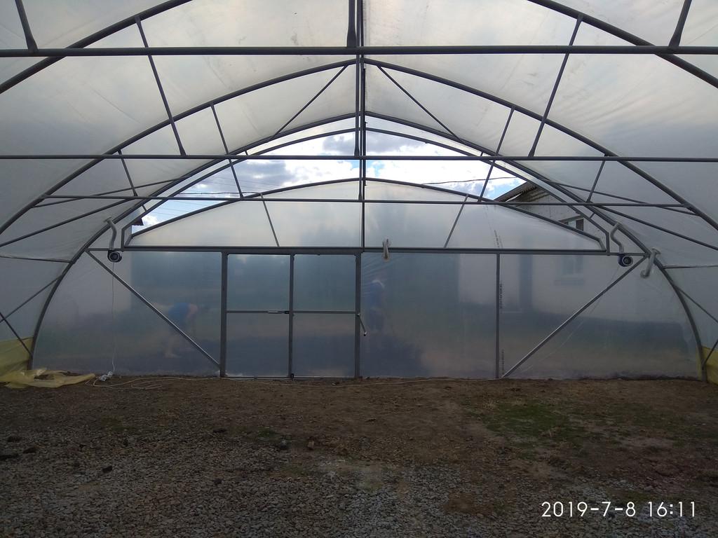 фасад фермерской теплицы изнутри с открытым торцевым проветриванием