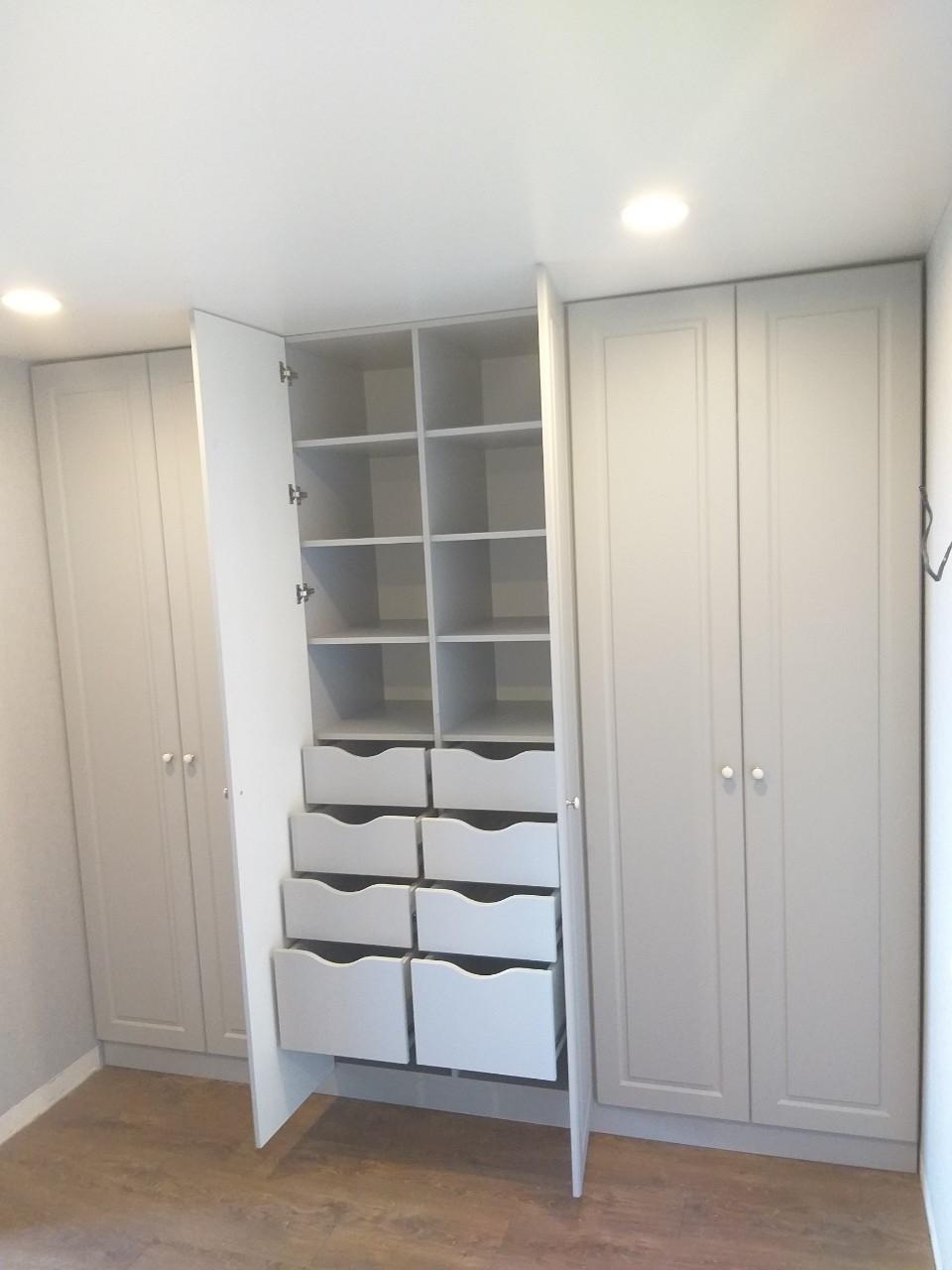 Шкаф в современном стиле под потолок