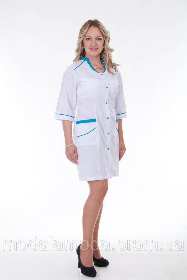 Халат медицинский женский с голубыми пуговицами и воротником
