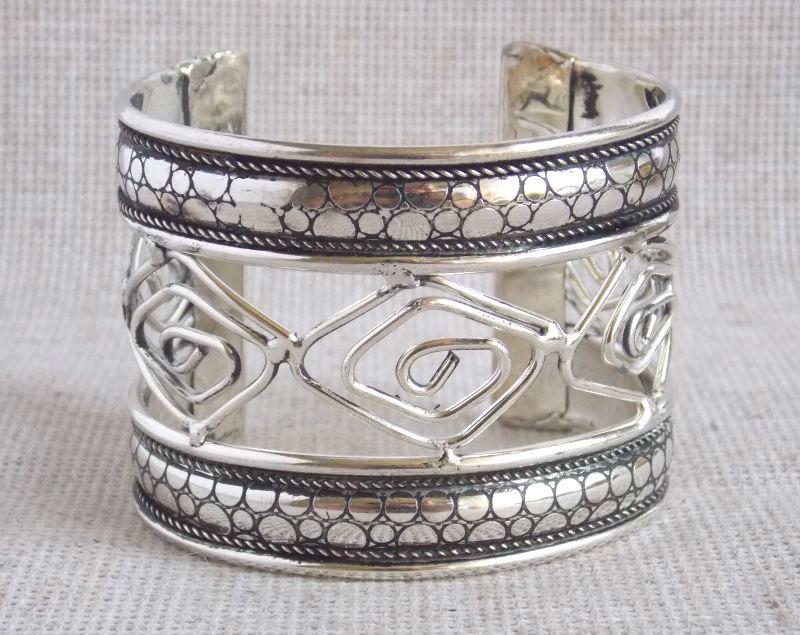 Браслет металлический женский с геометрическим орнаментом под серебро