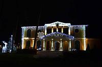 Новогодняя иллюминация дома, украшение фасада загородного дома к новому году