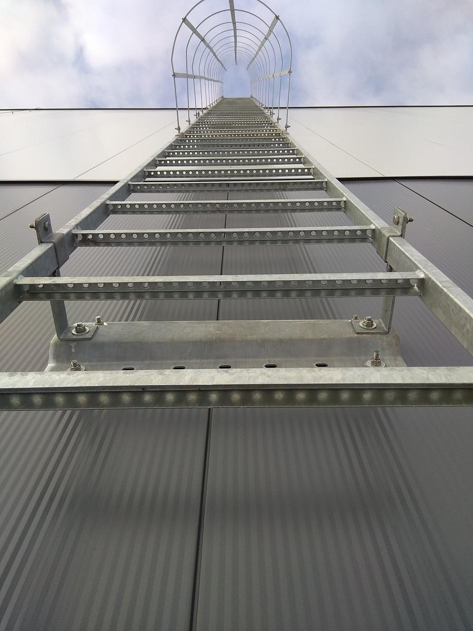 Вертикальная пожарная лестница с ограждением тип П-1