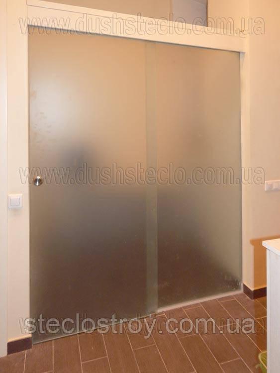 Раздвижные двери из стекла с глухим фрагментом
