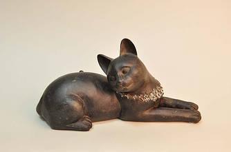 Фигурка лежащей кошки с ошейником из полистоуна коричневого цвета