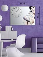 Фотографическая картина с часами «Удивленная женщина»