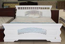 Деревянная кровать в белом цвете