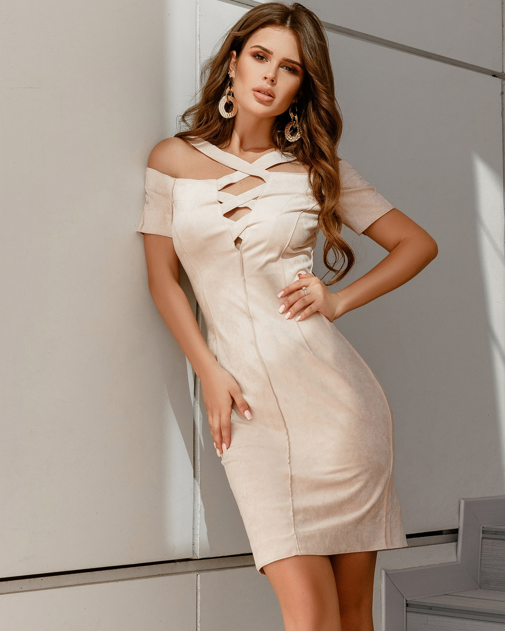 Привлекающее внимание платье со шнуровкой на груди