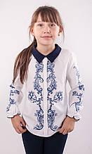 Блузка школьная белая с рисунком-сублимацией с синим воротничком для девочки