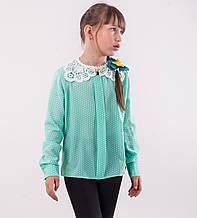 Детская блузка школьная бирюзовая для девочки с кружевным воротником и брошью