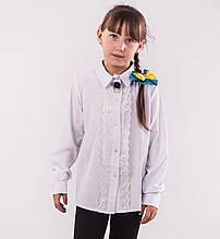 Детская блузка школьная белая для девочки с белым кружевом и брошкой розочкой