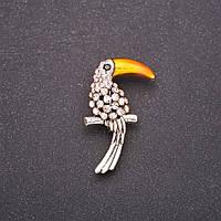 Брошь Птица Тукан с розовыми стразами золотой клюв 38х23мм белый металл
