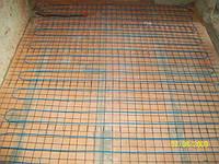 Двужильный кабель на теплоизоляции на сетке под стяжку под плитку.