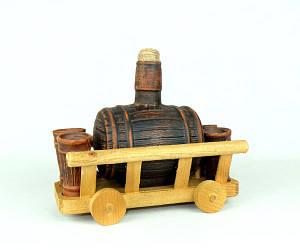 Бочонок для спиртного из красной глины на деревянной телеге