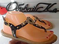 Женские черные босоножки с декором на низком ходу эко-кожа(лак) ТОЛЬКО 38 р