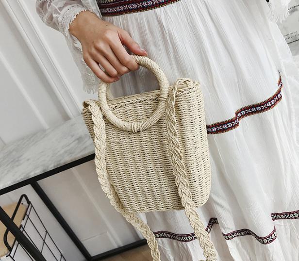 Плетеная маленькая сумка светлая
